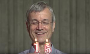 ein mann zündet zwei Kerzen in Form von Zahlen an